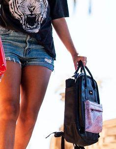 mochila-negra-bolsillo-lila Color Negra, Back To School, Shopping, Wings, Black Backpack, School Backpacks, Pockets, Lilac, Black