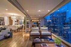 Madeira, mármore e luz conversam na residência