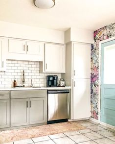 Colorful wall decor in the kitchen? Try a removable wallpaper. Iridescent Poppies peel&stick wallpaper is something that will upgrade your modern interior for sure. Wallpapered kitchen is a top trend! #walldecor #wallpaper #kitchendecor #decorideas #DIYdecor #kitchenideas #DIYkitchen #murals #peelandstick #removable #colorfuldecor #florals #floralprint #poppies #stayhomeideas