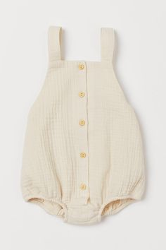 Romper suit in woven crinkled organic cotton fabric. Buttons at front shoulder straps with adjustable buttoning and elastic at back of waist and at hems. Textiles, H&m Baby, Baby Kids, Romper Suit, Future Clothes, Coton Bio, Cute Baby Clothes, Fashion Company, Kind Mode