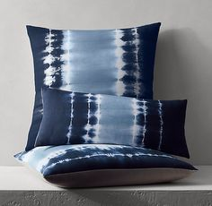 Vintage Blue Batik Pillow Cover Ideas With Japanese Style - How To Tie Dye, How To Dye Fabric, Dyeing Fabric, Textile Dyeing, Shibori Fabric, Tie Dye Bedding, Ancient Japanese Art, Tie Dye Crafts, Tie Dye Fashion