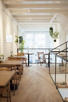 SLA Amsterdam is a restaurant dedicated to salads. The salad bar is located in the De Pijp neighborhood and serves juices, soups and little snacks. Bar Interior Design, Cafe Interior, Cafe Design, Salad Bar Restaurants, Salad Shop, Coffee Room, Soft Seating, Shop Interiors, Do It Yourself Home