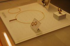 Pendientes, colgante y anillo de oro con brillantes.