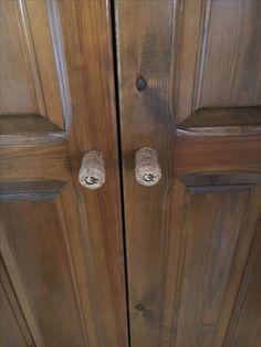 Tapones de cava utilizados como pomos para la puerta de el armario