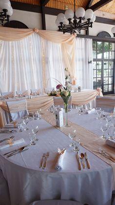 Esküvői dekoráció barack színben, légies hangulatban.