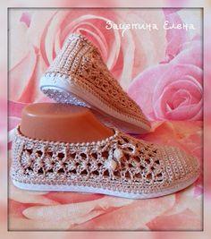 Crochet shoes with soles - Entrada - Vivo Internet Crochet Sandals, Booties Crochet, Knitted Slippers, Slipper Socks, Borboleta Crochet, Shoe Crafts, Crochet Fashion, Crochet Accessories, Crochet Crafts