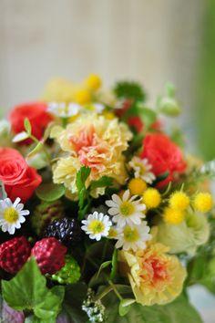 可憐でかわいい花を束ねて作った、小さな花束のようなフプリザーブドフラワーアレンジメントです。 爽やかにグリーンがいっぱいのナチュラルデザイン。イエローのカーネーションをメインにオレンジとグリーンのローズで優しい色合いです。ナチュラル志向の、いつも元気で明るいお母様におすすめの母の日ギフトです。