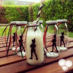 Milchflaschen für eine Peter Pan Party (können auch mit anderen Getränken gefüllt werden) Peter Pan Silhouette, Peter Pan Party, Ninjago Party, Bar Stools, 5th Birthday, Do Crafts, Children, Bar Stool Sports, Bar Stool
