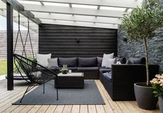 i Greve Lovely lounge area on the terrace with comfy and modern garden furniture and green plants.Lovely lounge area on the terrace with comfy and modern garden furniture and green plants. Modern Backyard, Backyard Patio, Pergola Patio, Backyard Ideas, Garden Modern, Patio Ideas, Backyard Landscaping, Pergola Kits, Backyard Layout
