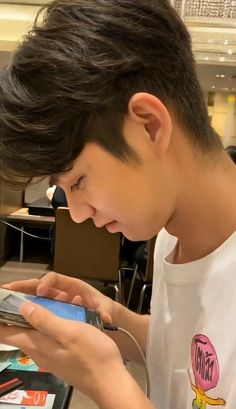 Bright Pictures, Boy Pictures, Beer For Hair, Senior Boy Photography, Bright Wallpaper, Boyfriend Photos, Ulzzang Girl, Boyfriend Material, Pretty Boys
