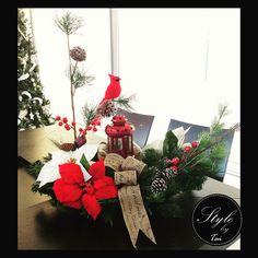 Arreglo de Navidad rojo y blanco con cardenal , ideal para centro de mesa en sala