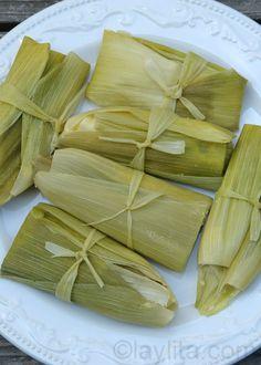 Humitas - Receta sencilla de mi mamá para preparar humitas o pastelitos hechos con choclos tiernos, cebolla, ajo, huevos, queso y crema, se cocinan en las hojas de choclos al vapor.