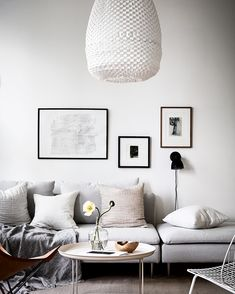 White home with warm details - via Coco Lapine Design, modern white and black living room design Living Room White, My Living Room, Living Room Decor, Living Spaces, Living Room Inspiration, Interior Design Inspiration, Home Interior Design, Design Ideas, Diy Interior