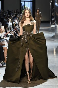 The complete Alexandre Vauthier Fall 2016 Couture fashion show now on Vogue Runway. Fashion Week, Runway Fashion, High Fashion, Fashion Show, Fashion Design, Alexandre Vauthier, Style Haute Couture, Collection Couture, Models