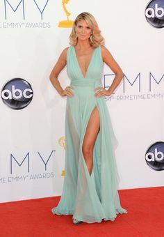 Heidi Klum, vestido azul com decote e fenda, tapete vermelho.