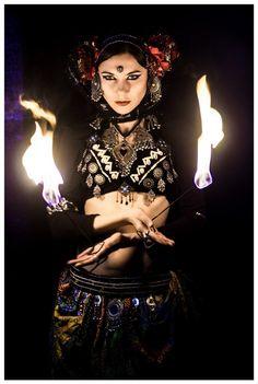 Uma imensidão habita em mim. Que misterioso sentir do corpo é esse, quando o coração é península da pele e foi tocado pelo frio quente da noite? Que mágica-música tem o sopro do vento boreal... Escuto a música em meus lábios e  sinto seu gosto em meus ouvidos. O perfume da Dama da Noite... Eu danço sua música agora... Jhade Sharif  Undine Tribe
