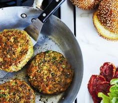 burger These delicious Chickpea-falafel burgers will impress vegetarians and meat lovers too. For more burger recipes, go to !These delicious Chickpea-falafel burgers will impress vegetarians and meat lovers too. For more burger recipes, go to ! Falafel Burgers, Chickpea Burger, Lentil Burgers, Vegan Burgers, Whole Foods, Whole Food Recipes, Cooking Recipes, Aryuvedic Recipes, Vegetarian Meals