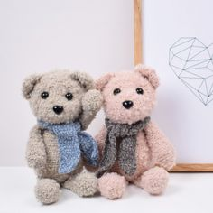 Say hello to the fabulous bears Felix and Fie. They are crocheted in Curly from Go Handmade which is a lovely soft and light yarn with sheepy curls that provide Felix and Fie with an unique and exclusive look. Knit Or Crochet, Crochet Toys, Easter Crochet, Crochet Things, Baby Patterns, Crochet Patterns, Knitting Patterns, Snuggle Bear, Cute Teddy Bears