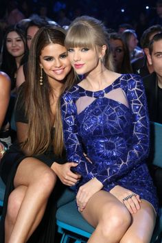 Taylor Swift & Selena Gomez Seated Together In The Front Row Of AMAs — Where's Lorde? Taylor Swift is poised to be the belle of the ball at the American Music Awards on Nov. Estilo Taylor Swift, Selena And Taylor, Taylor Swift Hot, Taylor Swift Style, Taylor Swift Dancing, Selena Gomez Fotos, Actrices Sexy, Looks Street Style, Marie Gomez