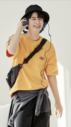 Ong Seongwoo, Pose Reference, Kpop, Poses, Mens Fashion, Actors, Yellow, Swim, Style