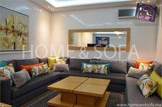 Salon modèrne gris / canapé gris / table basse / miroir mural / coussins / appartement tendance – Home and Sofa