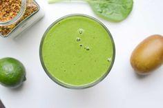 Heb je 's avonds met drie gangen gedineerd en wil je de ochtend erna snel, licht en voedzaam ontbijten? Dan is deze groene lime & kiwi smoothie perfect!