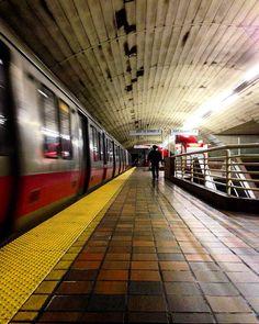 Um trem da linha vermelha na plataforma de embarque da Estação da Praça Porter de MTBA (Estação de Metrô, Terminal de Ônibus e Estação Ferroviária) em Cambridge, estado de Massachusetts, USA.  Fotografia:  cfspink no Instagram.