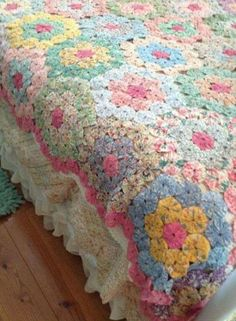 Vintage Gorgeous Grandmother's Flower Garden made using yoyos! Hand Quilting Patterns, Patchwork Quilt Patterns, Quilting Projects, Hexagon Quilting, Art Quilting, Antique Quilts, Vintage Quilts, Yo Yo Quilt, Easy Quilts