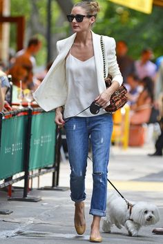Olivia Palermo Photos - Socialite Olivia Palermo and her dog Mr. Butler out for lunch at Bar Pitti in New York City, New York on June - Olivia Palermo Walks Her Dog in NYC — Part 2 Olivia Palermo Street Style, Estilo Olivia Palermo, Look Olivia Palermo, Olivia Palermo Lookbook, Style Désinvolte Chic, Mode Style, Style Me, Casual Chic, Style Casual