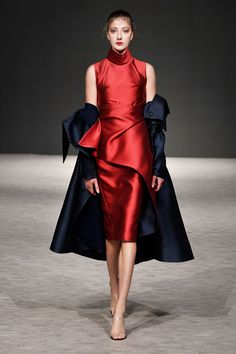 Phuong My Spring 2019 Ready-to-Wear Fashion Show Collection: See the complete My kind of red! Phuong My Spring 2019 Ready-to-Wear collection. Look 13 Office Fashion, Fashion Week, Love Fashion, Trendy Fashion, Womens Fashion, Fashion Design, Fashion Trends, Style Couture, Couture Fashion