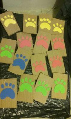 Stamp huellas de perro. Hechos con foamy y cartón.