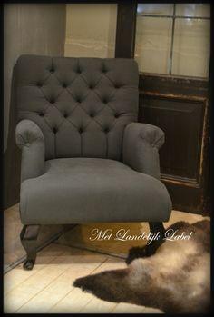 Fauteuil met gecapitonneerde rugleuning. Bij Met Landelijk Label in Borne vindt u prachtige, landelijke fauteuils in veel stoffen en kleuren. U bent van harte welkom in onze winkel om deze fauteuil te bekijken of bekijk onze webshop.