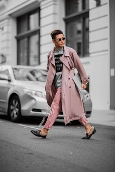 Men in Pink. Men in pink outfit. pink trenchcoat, pink layering. street style. Paris Fashion Week 2017. Milan Fashion week 16-17, London Fashion Week. www.BloggersBoyfriend.com #MeninPink #Blushtrend #Nudepinktrend nude pink fashion trend. #BloggersBoyfriend