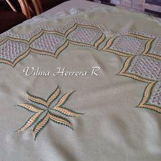 Mantel bordado en Hardanger  y Bargello.