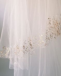 The Mica Veil is our newest addition to the veil shop online. It's a natural beauty with hand painted genuine Mica flakes!  #carolhannahaccessories #bridalfashion #veil #naturalbeauty #bridalaccessories