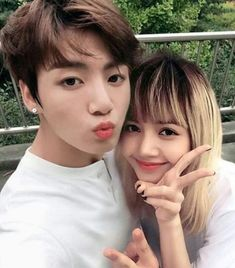 For some time, fans of Jungkook of BTS and Lisa of BLACKPINK suspect that there is a relationship between the two. They even got nominated as a couple at the KCAMéxico awards. In this regard, some. Jikook, Bts Jungkook, Taehyung, Suga Suga, K Pop, Kpop Couples, Les Bts, Kim Jisoo, Blackpink And Bts