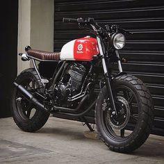 Love the contrast of simple solid colors ------ Photo courtesy of @benditamacchina :: Bike - Honda CB300 :: #triumph #honda #suzuki #yamaha #ducati #caferacer #caferacers #classic #croig #caferacersofinstagram #motorcycle #motorcycles #motorbike #vintage #vintagestyle #vintagemotorcycle #bonneville #scrambler #thruxton #oldsoul #oldsoulcaferacers #gentlemansride #caferacer #caferacerxxx #caferacerculture #caferacerporn #dgr #distinguishedgentlemansride ( # @oldsoulcaferacers )