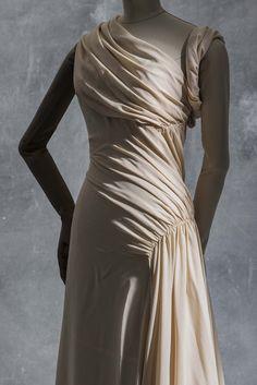 Madeleine Vionnet, evening dress, Haute couture winter 1935. Silk crêpe. Collection UFAC © Les Arts Décoratifs, Paris. Photo Jean Tholance