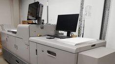 Proroctwa na temat rychłego końca offsetu i dyskusje o jego wyższości nad drukiem cyfrowym towarzyszyły mojej pracy zawodowej praktycznie od początku. Mijały dekady, zmieniały się pokolenia, a obie technologie jak istniały, tak istnieją i czują się całkiem... Desk, Furniture, Home Decor, Desktop, Decoration Home, Room Decor, Table Desk, Home Furnishings, Office Desk