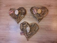 Percheros forma corazón con maderas del mar.