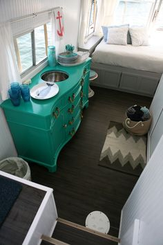 House of Turquoise : house boat Mini Loft, Party Bus, House Of Turquoise, Floating House, H & M Home, Tiny House Movement, Remodeled Campers, Water Crafts, Rustic Design