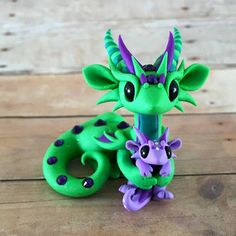 Green and Purple Mama/Baby Dragon by DragonsAndBeasties on Etsy Polymer Clay Dragon, Polymer Clay Figures, Polymer Clay Animals, Cute Polymer Clay, Cute Clay, Polymer Clay Projects, Polymer Clay Charms, Polymer Clay Creations, Clay Crafts