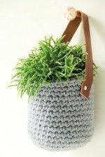 Hip hangmandje met leren hengsel om bijvoorbeeld een plantje in te doen. Leuk haakpatroon van Studio Mojo.