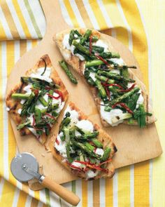 Grilled Pizzas with Asparagus and Sun-Dried Tomatoes Recipe ♥ Topped with creamy ricotta and lightly charred veggies, this family favorite becomes truly restaurant-worthy -- in less than a half hour. Grilled Pizza, Grilled Asparagus, Asparagus Recipe, Asparagus Pizza, Grilled Vegetables, Veggie Pizza, Mm Pizza, Grilled Flatbread, Flatbread Pizza