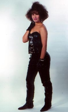 The Queen of Tejano music, everything about her just so amazing until this horrible painful day of March 1995 the rising star was shot and killed by her her fan club president Yolanda Salivdar. Everything about Selena Quintanilla Perez. Selena Quintanilla Perez, Selena And Chris, Selena Selena, Selena Pictures, Divas, Jackson, Female Singers, Her Music, American Singers