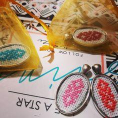 Pandantive cu model traditional cusut pe etamina #handmade Coin Purse, Fruit, Model, Food, Scale Model, Essen, Meals, Models, Eten