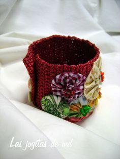 En color vino está realizado el cuerpo de esta pulsera. Sobre él cosí yoyos con diferentes telas y bolitas de cristal. Los botones están forrados con tela reciclada.