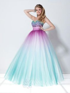 OMG! This reminds me of Cinderella!! It's so pretty. Love the colors!❤️❤️❤️