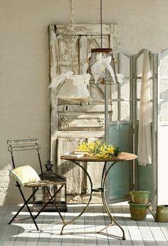 chaises bistrot et table, décoration avec des meubles anciens