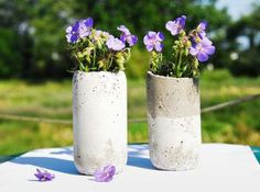 DIY Concrete Vase-quick-set concrete + lg and sm plastic bottles. fill lg bottle way w/concrete. Let concrete take off outer bottle; trim inner bottle and concrete to same height; Modern Rustic Decor, Rustic Crafts, Decor Crafts, Design Crafts, Diy Crafts, Concrete Crafts, Concrete Garden, Concrete Planters, Diy Simple